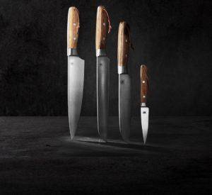 סכינים וקרשי חיתוך