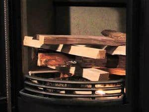 הדלקת קמין עץ